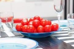 Tomaten auf blauer Platte Stockfotos
