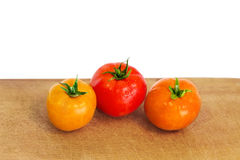 Tomaten auf dem hölzernen Brett Lizenzfreies Stockbild
