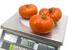 Tomaten auf den Skalen Lizenzfreie Stockbilder