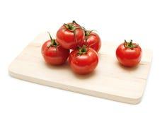 Tomaten auf einem hölzernen Vorstand lizenzfreie stockfotografie