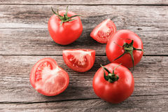 Tomaten auf einem hölzernen Vorstand Lizenzfreies Stockbild