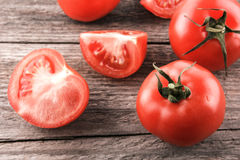 Tomaten auf einem hölzernen Vorstand Stockfotos