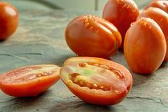 Tomaten auf einem Steinhintergrund stockbilder