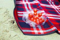 Tomaten auf einer Decke lizenzfreies stockfoto