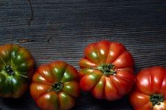 Tomaten auf einer h?lzernen Tabelle stockbilder