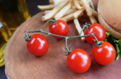 Tomaten auf hölzernem Ausschnittvorstand lizenzfreies stockbild