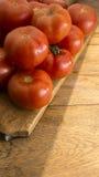 Tomaten auf hölzernem hackendem Brett Stockfoto