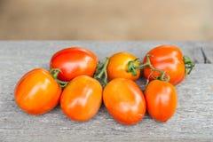 Tomaten auf hölzerner Tabelle Stockfotos