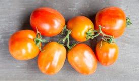 Tomaten auf hölzerner Tabelle Lizenzfreie Stockfotos
