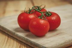 Tomaten auf Schneidebrett Lizenzfreies Stockfoto