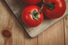 Tomaten auf Schneidebrett Stockfotografie