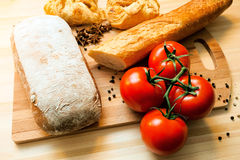 Tomaten, brood en kruiden Stock Foto