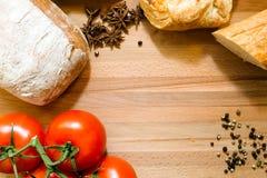 Tomaten, brood en kruiden Stock Afbeeldingen