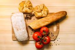Tomaten, brood en kruiden Royalty-vrije Stock Fotografie