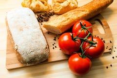 Tomaten, Brot und Gewürze Stockfoto