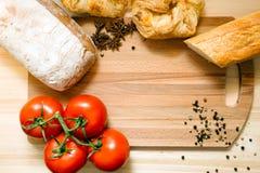 Tomaten, Brot und Gewürze Lizenzfreie Stockbilder