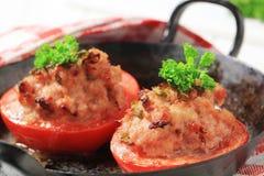 Tomaten die met gehakt worden gevuld Stock Foto's