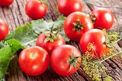 Tomaten, die met kruiden voor het behoud worden gekookt stock afbeeldingen