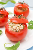Tomaten die met tonijnsalade en bulgur, close-up worden gevuld stock foto