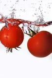 Tomaten die in water worden gelaten vallen Royalty-vrije Stock Foto
