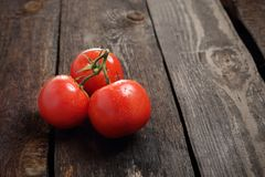 Tomaten, een bos van rode rijpe tomaten op een houten achtergrond stock foto