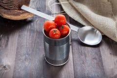 Tomaten in een domeintin Stock Foto's