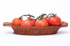 Tomaten in een mand stock afbeeldingen