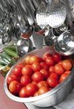 Tomaten in een roestvrij staalvergiet Stock Foto