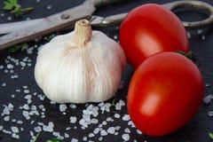Tomaten in een schotel op een zwarte achtergrond stock foto