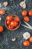 Tomaten in einem Teller auf einem schwarzen Hintergrund lizenzfreie stockfotografie
