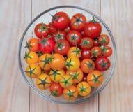 Tomaten in einer Glassalatschüssel Stockbild