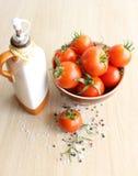 Tomaten in einer keramischen Platte Lizenzfreie Stockfotografie