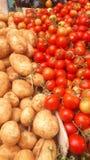 Tomaten en aardappels in de markt royalty-vrije stock fotografie