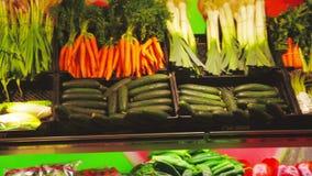 Tomaten en andere groenten bij een markt in La Salut stock footage