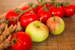 Tomaten en appelen Stock Afbeelding