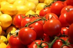 Tomaten en citroenen bij een landbouwersmarkt Royalty-vrije Stock Afbeelding