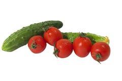 Tomaten en komkommers op geïsoleerdt Stock Fotografie
