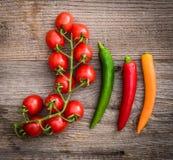 Tomaten en Spaanse peperspeper op een houten achtergrond Stock Afbeelding