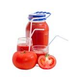 Tomaten en tomatesap in kruik en twee glazen Stock Foto's
