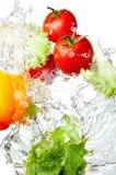 Tomaten, Gele Peper en sla in plons Stock Foto's