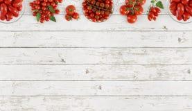 Tomaten hoogste mening over het exemplaarruimte van de keuken witte houten lijst templ Stock Afbeelding