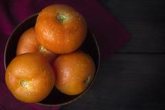 Tomaten in Houten Kom Stock Foto