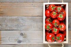 Tomaten im Kasten auf Tabelle lizenzfreie stockfotos