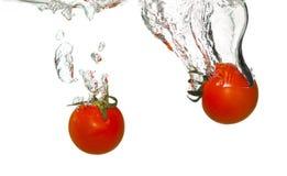 Tomaten im Wasserspritzen Lizenzfreie Stockfotografie