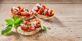 Tomaten Italiaanse bruschetta op geroosterde baguette royalty-vrije stock foto's