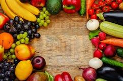 Tomaten, Kartoffeln, Aubergine, Zucchini, Zwiebel, Karotte, Rettich, c Stockbilder