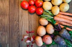 Tomaten, Kartoffeln, Karotten, rote rote Rüben auf einem Holztisch lizenzfreies stockfoto