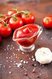Tomaten-Ketschup-Soße mit Knoblauch, Gewürzen und Kräutern mit Kirsche t Lizenzfreies Stockfoto