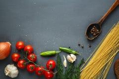 Tomaten met groene pappers en kruiden Stock Afbeelding