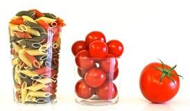 Tomaten met Italiaanse gekleurde deegwaren Stock Fotografie